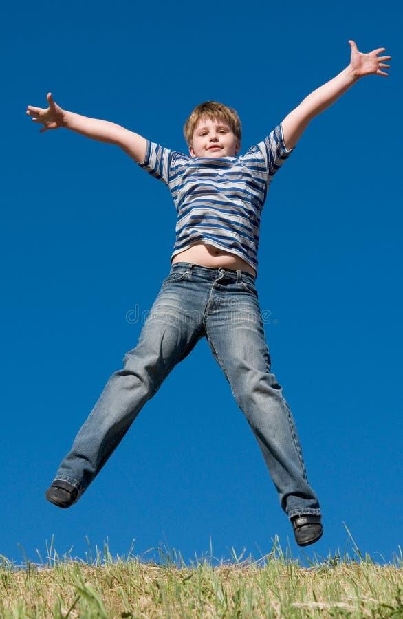 мальчик скачет немногая стоковое изображение rf