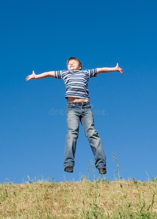 мальчик скачет стоковое фото rf