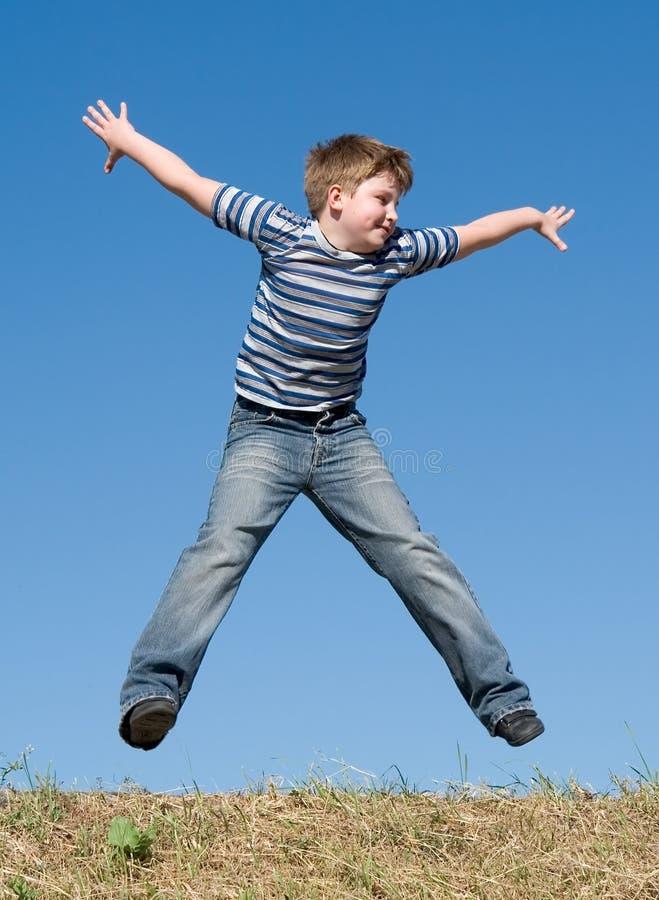 мальчик скачет стоковое фото