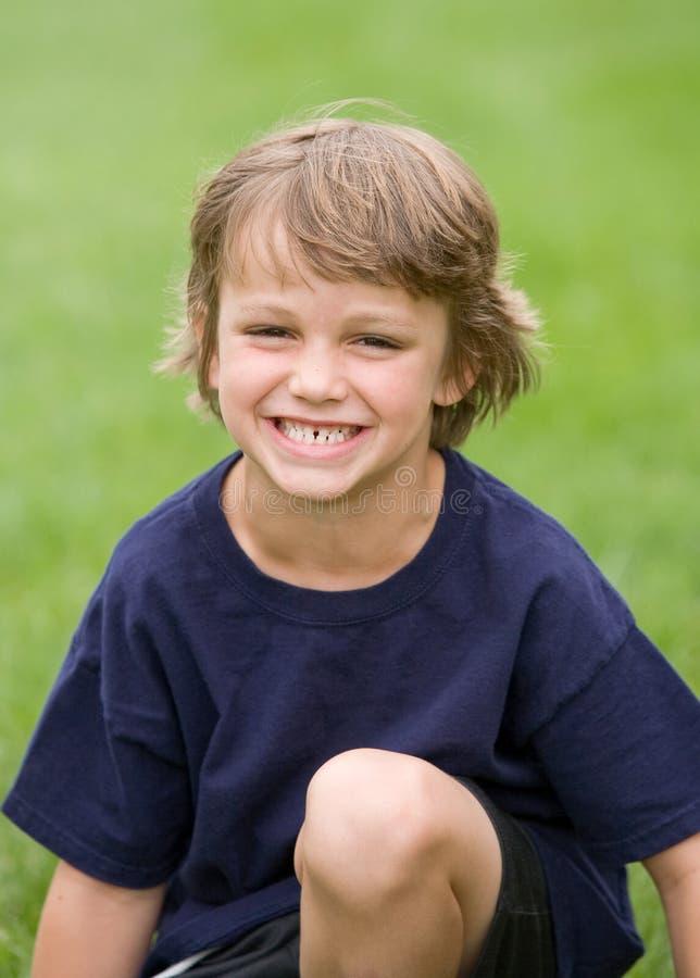 мальчик смеясь над немного стоковое фото rf
