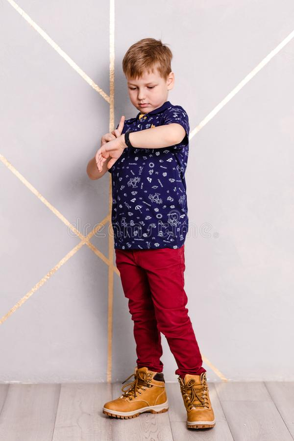 Мальчик смотрит браслет фитнеса стоковые изображения rf