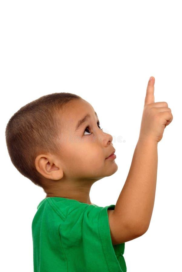 мальчик смотря указывающ вверх стоковое изображение