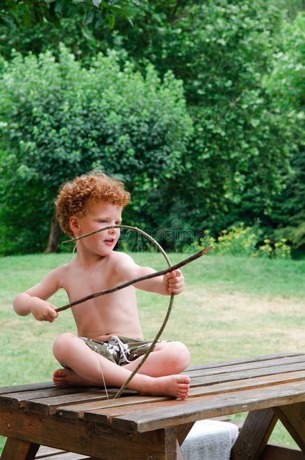 мальчик смычка стрелки стоковая фотография