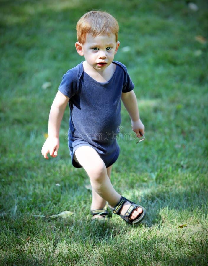 мальчик снаружи стоковые изображения rf