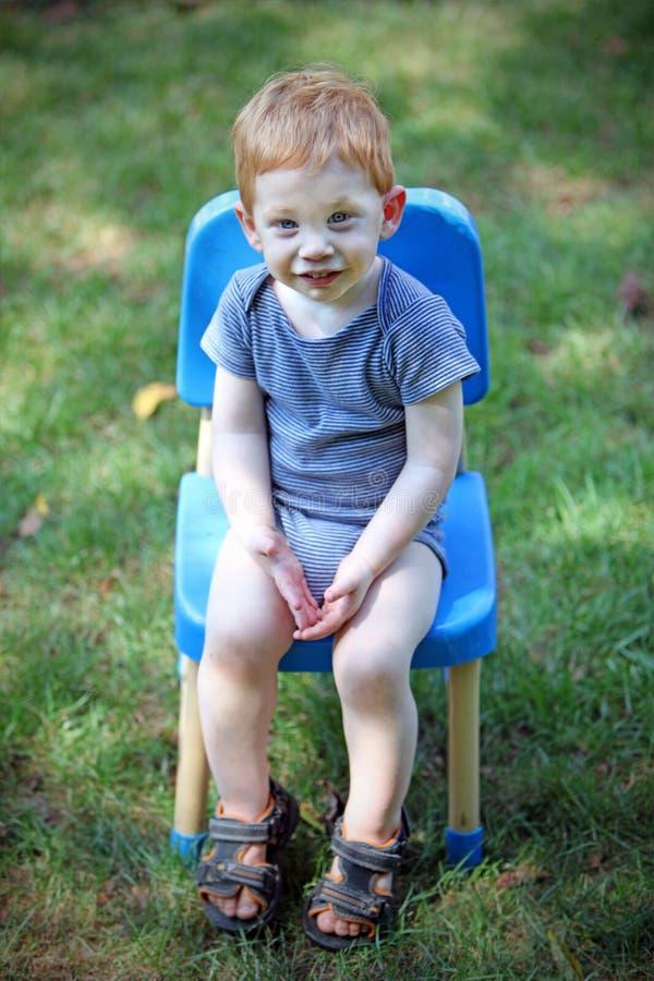 мальчик снаружи стоковые фотографии rf