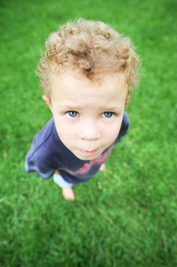 Мальчик снаружи стоковое фото