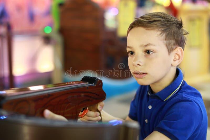 Мальчик снимает арбалет стоковые фото