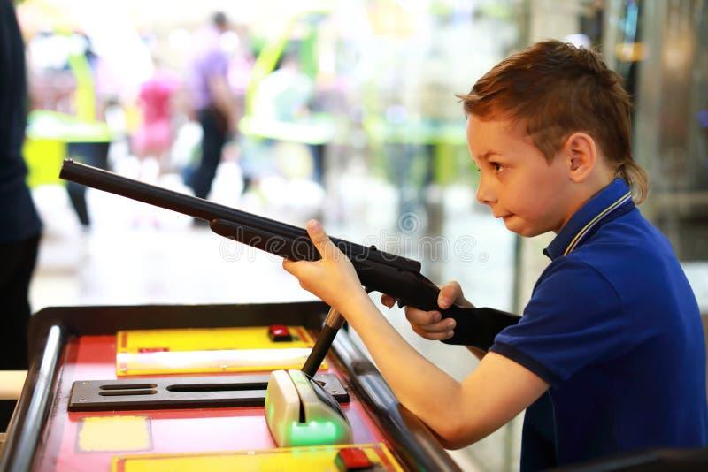 Мальчик снимает оружие стоковые изображения