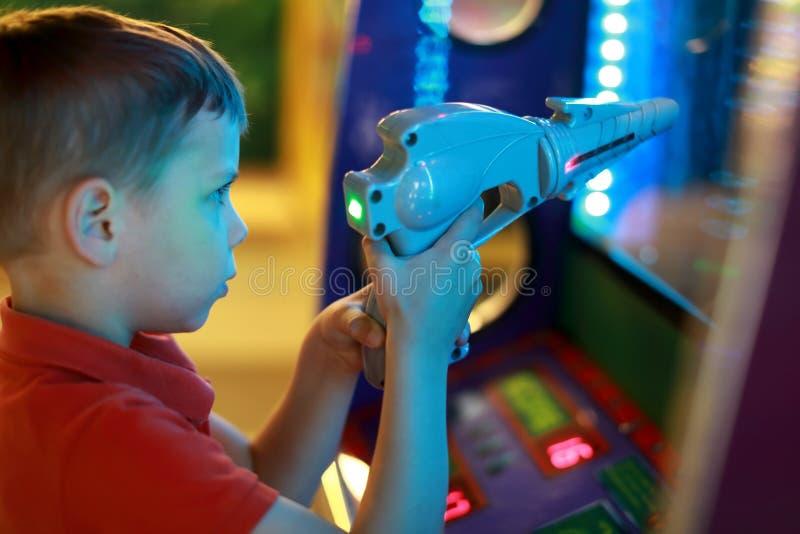 Мальчик снимает пистолет стоковая фотография rf