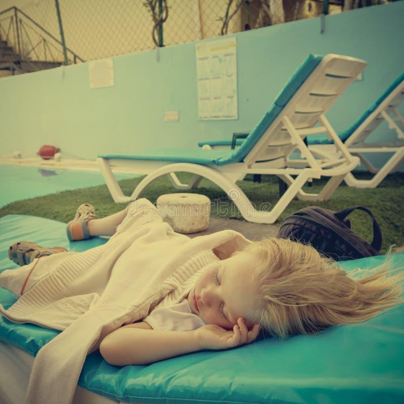 Мальчик спать на шезлонге стоковое изображение rf