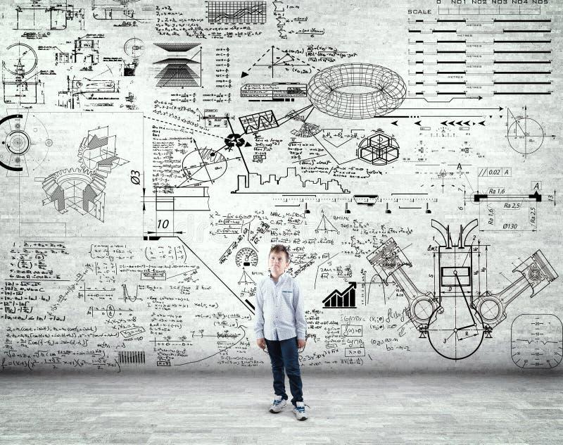 Мальчик стоя в комнате и изучая формулы математики стоковые изображения rf