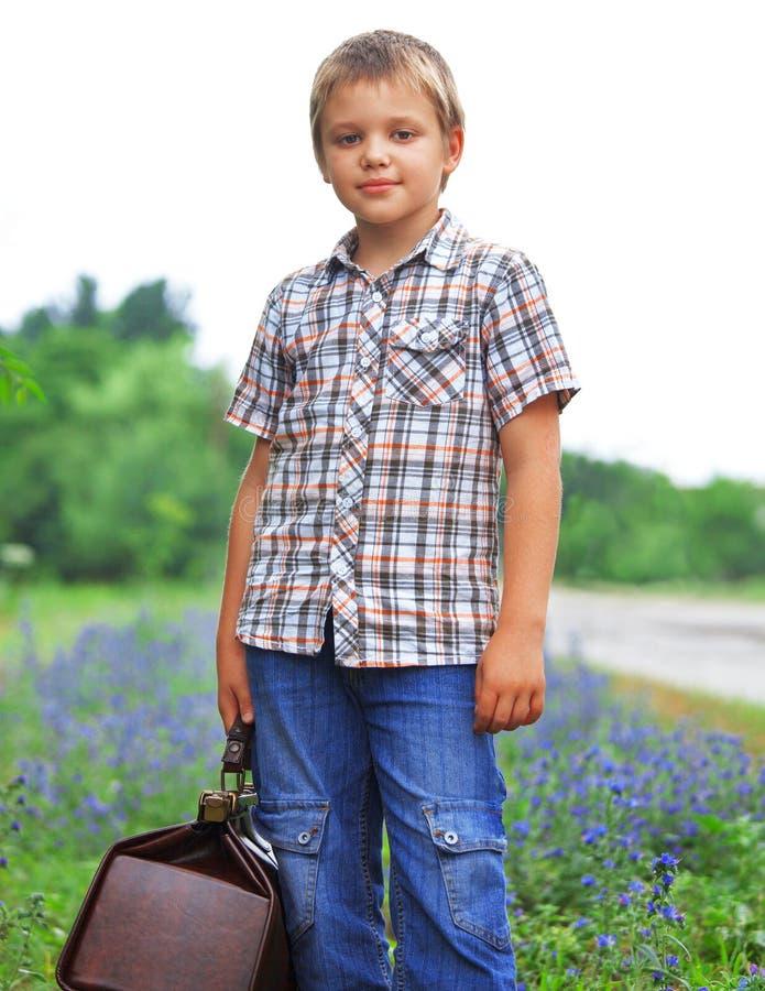 Мальчик стоя о дороге стоковые изображения