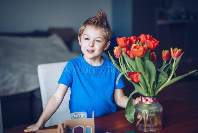 Мальчик с букетом в его руках стоковые изображения rf