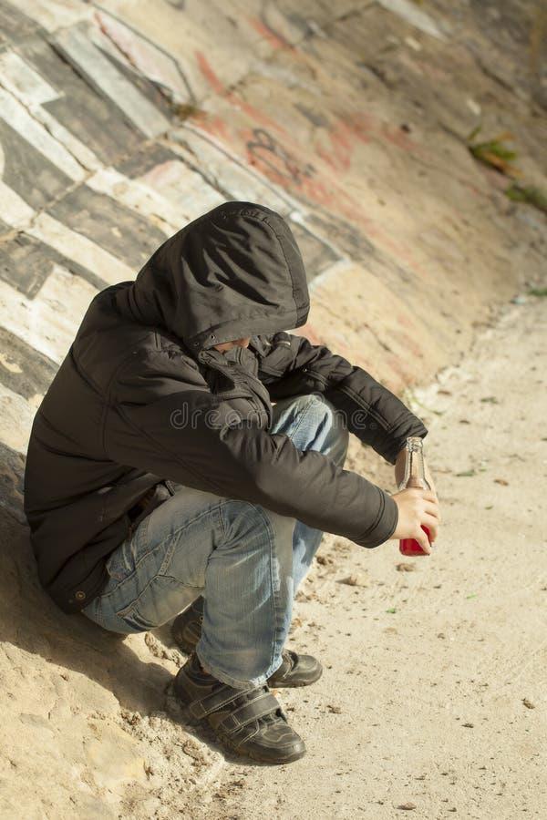 Мальчик с бутылкой стоковая фотография rf