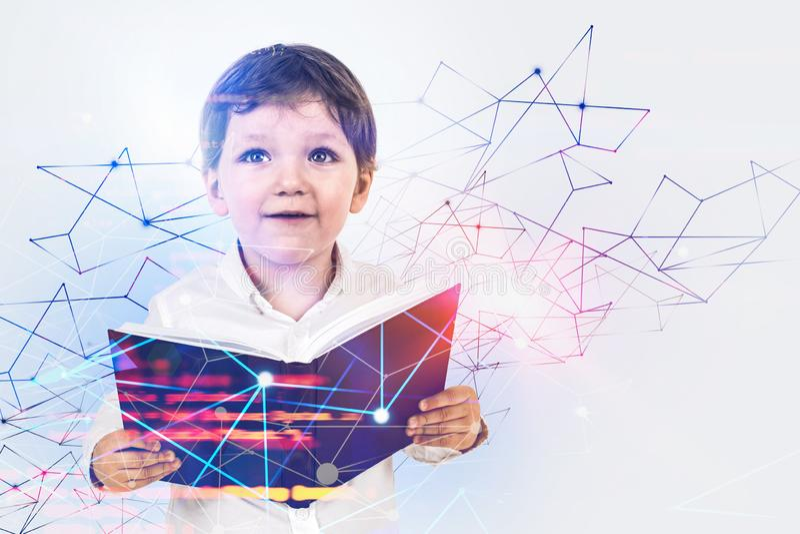 Мальчик с книгой, онлайн концепцией образования стоковое фото rf