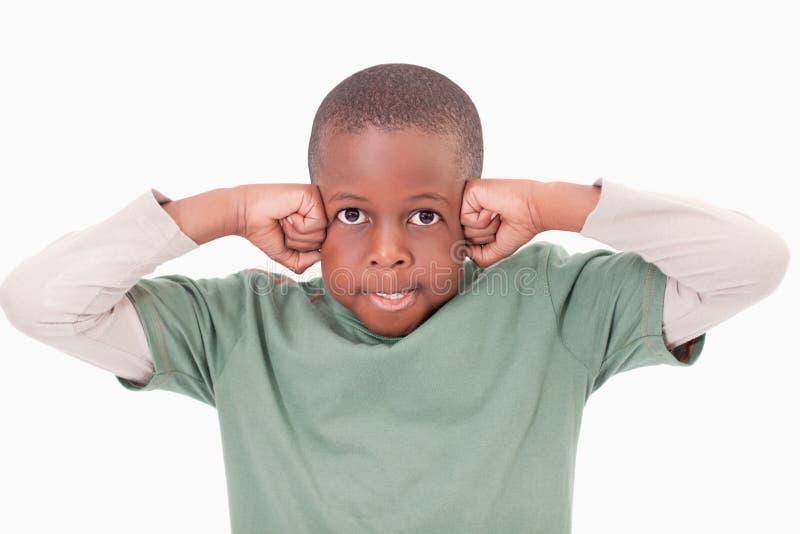 Мальчик с кулачками на его стороне стоковое фото
