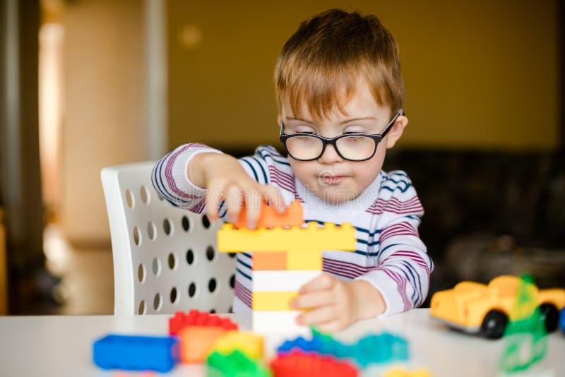 Мальчик с рассветом синдрома стоковые фото