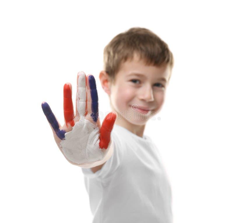 Мальчик с рукой в красочных изолированных красках стоковые фото