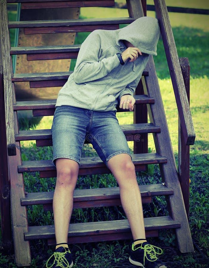 мальчик с серым hoddie в спортивной площадке стоковые изображения