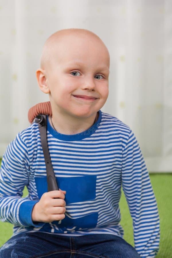 Мальчик с усиком игрушки стоковое изображение