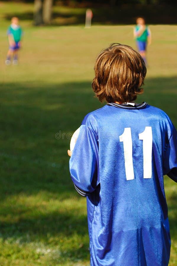 Мальчик с шариком футбола стоковые изображения