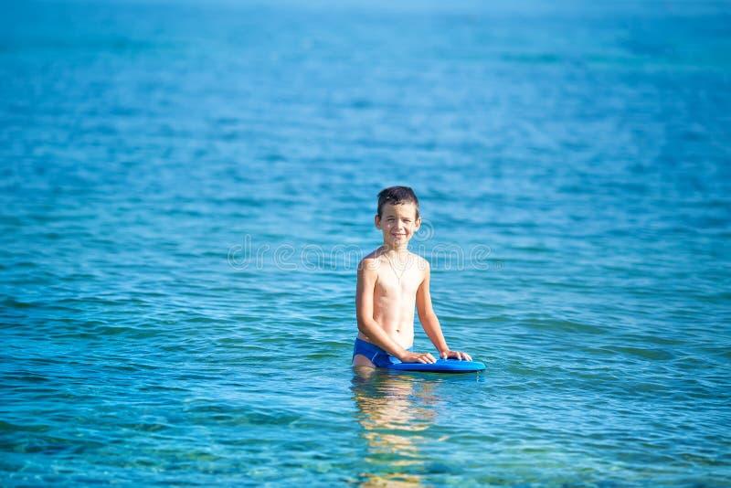 Мальчик с шноркелем морем Маска и флипперы милого маленького ребенка нося для нырять на пляже песка тропическом Побережье океана стоковое изображение