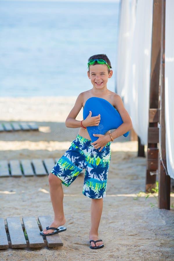 Мальчик с шноркелем морем Маска и флипперы милого маленького ребенка нося для нырять на пляже песка тропическом Побережье океана стоковые изображения