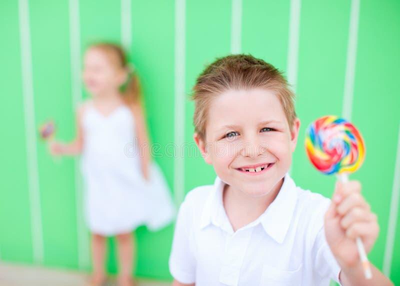 Мальчик с lollipop стоковое фото rf