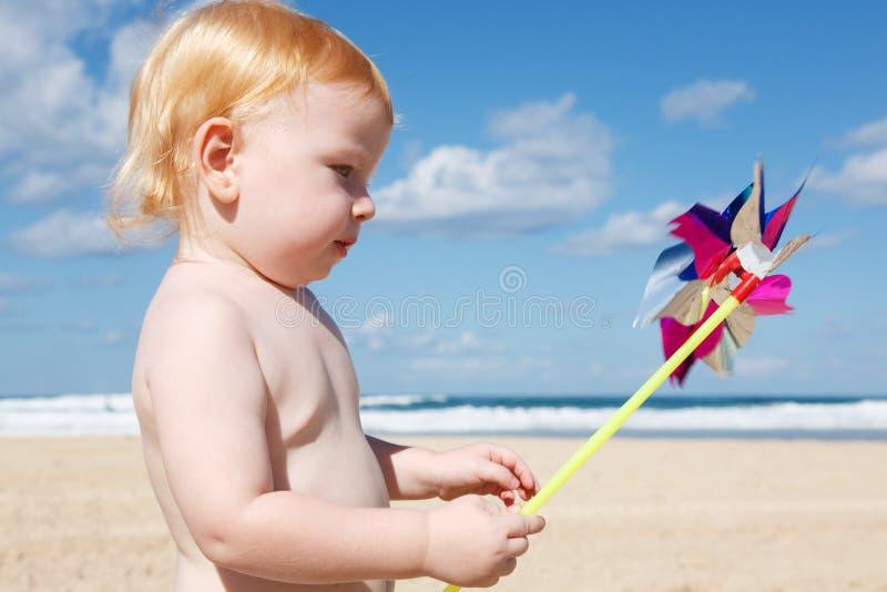 Мальчик с pinwheel стоковые изображения