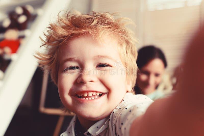 Мальчик тратит время потехи в игровой Ребенок с жизнерадостной стороной стоковые фотографии rf