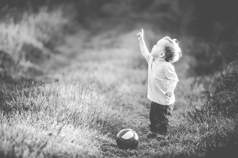 Мальчик указывая палец вверх стоковые фотографии rf