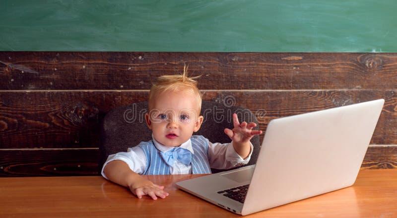 Мальчик уча компьютерный язык в классе Онлайн учить в школе стоковая фотография
