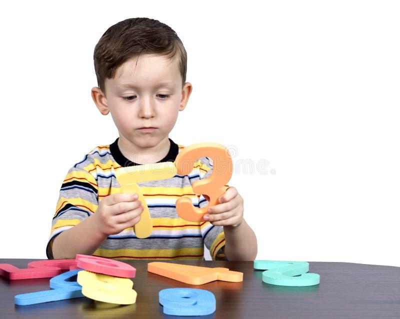 мальчик учит маленькие номера стоковая фотография rf