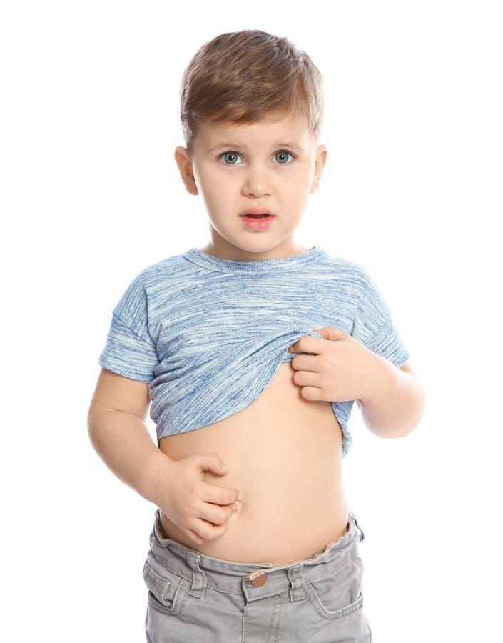 Мальчик царапая живот на белой предпосылке стоковая фотография rf