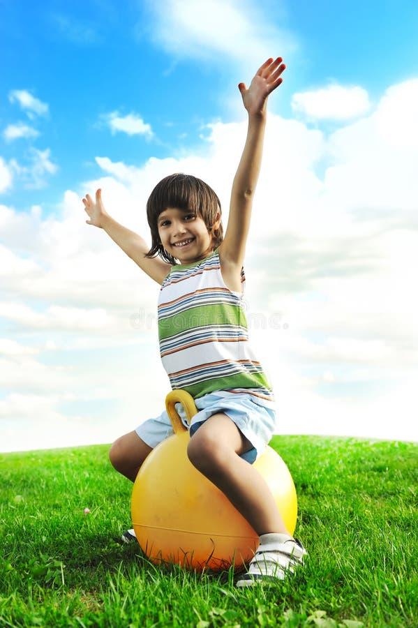 мальчик шарика большой счастливый немногая играя стоковая фотография rf
