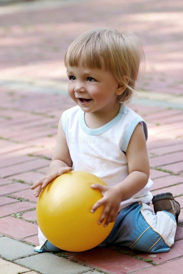 мальчик шарика вручает немногую стоковое фото