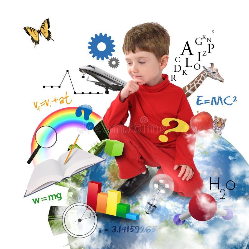 Мальчик школы образования думая на земле стоковые фото