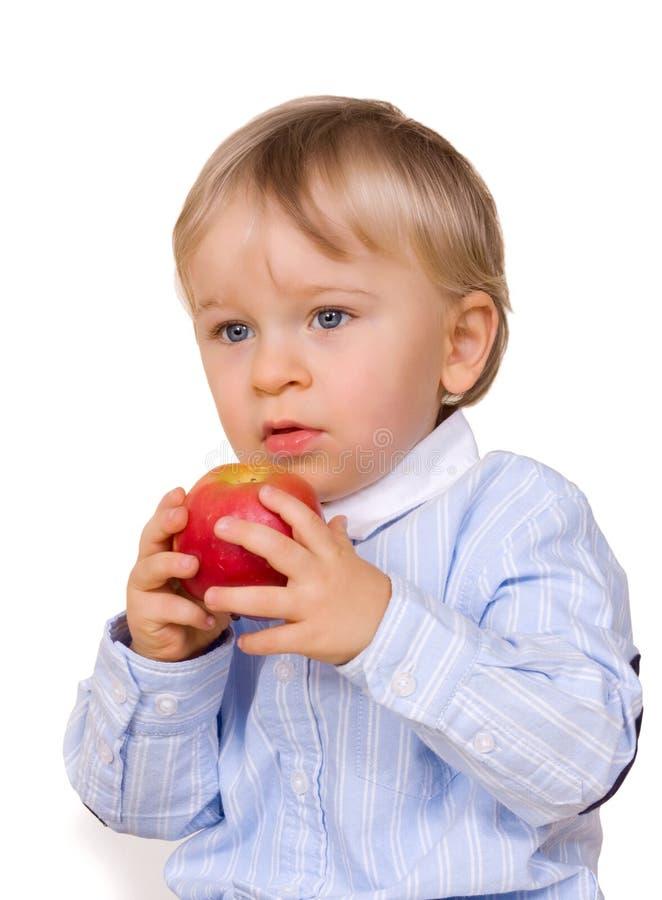 мальчик яблока есть детенышей стоковая фотография rf