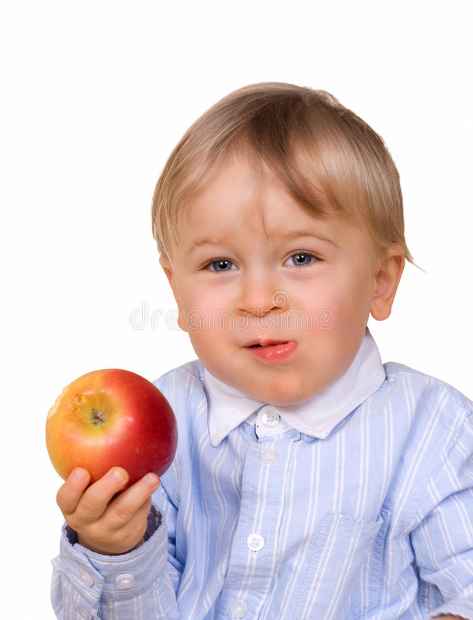 мальчик яблока есть детенышей стоковое изображение