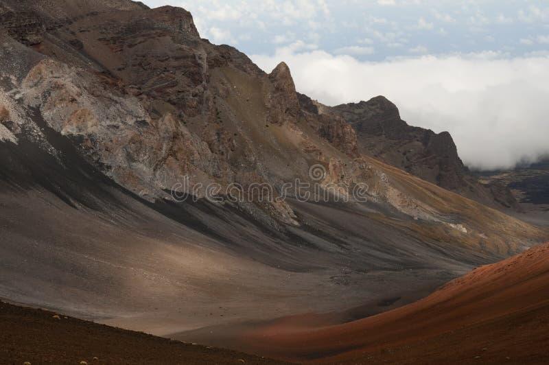 Мальчик hiking вулкан Haleakala в Мауи Гавайи. стоковая фотография rf
