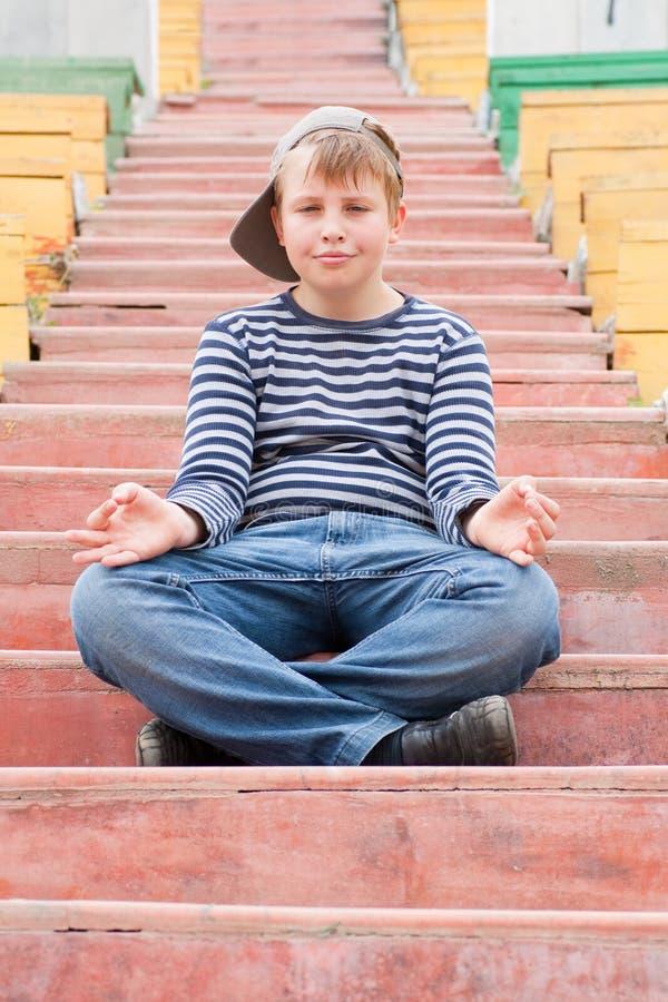 мальчик meditating стоковое изображение rf