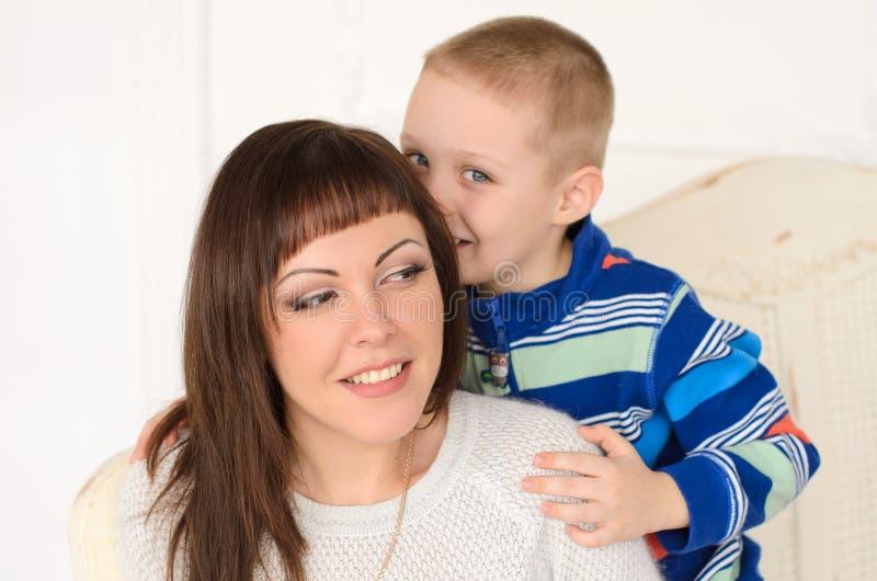 Мама говорит son& x27; ухо s стоковое изображение rf