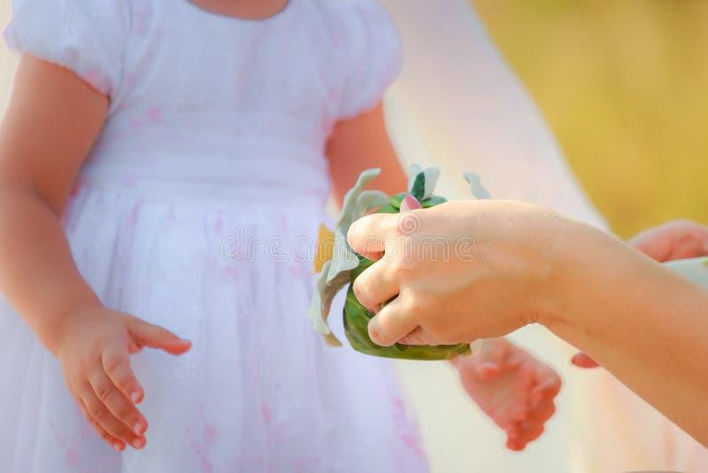 Мама держит декоративный чайник в руках Мама и дочь играют в кухне стоковые изображения rf