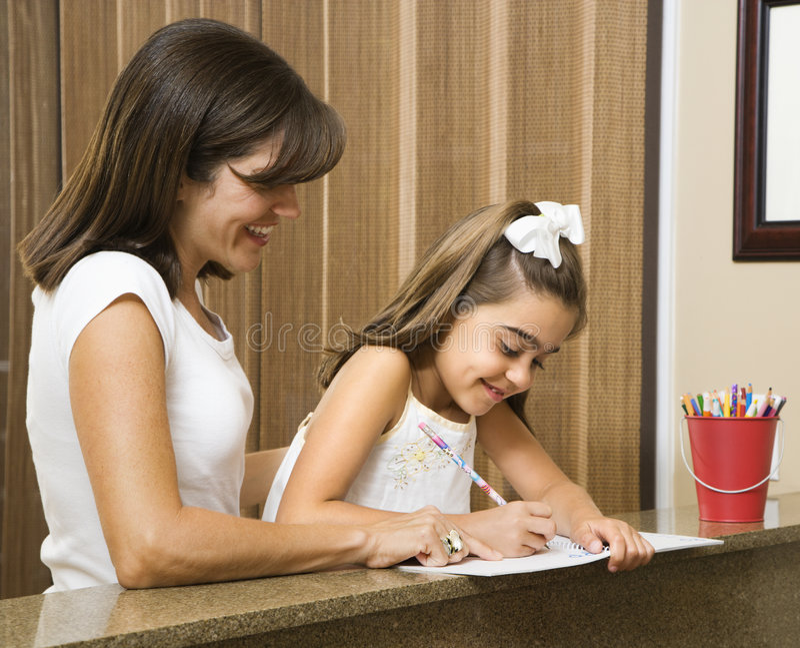 мама дочи помогая стоковое изображение rf