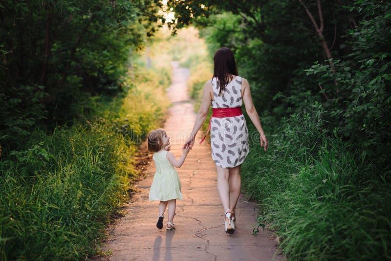 картинка дочка с мамой идут за руку процессе обработки