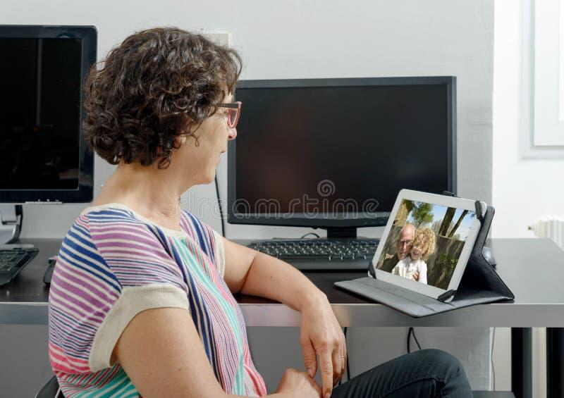 Мама звоня дистантный на интернете стоковые фото