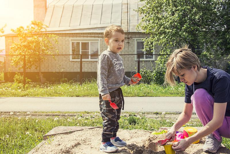 Мама и дети играют на суде стоковые изображения