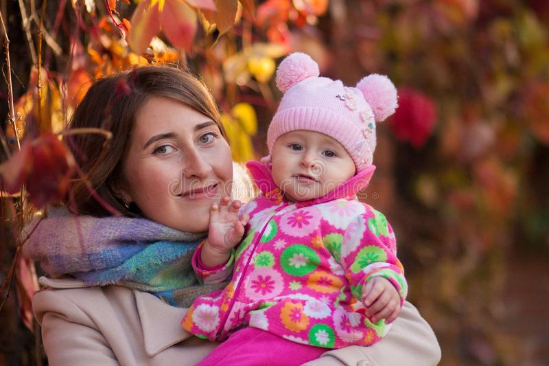 Мама и дочь на стоковое изображение rf