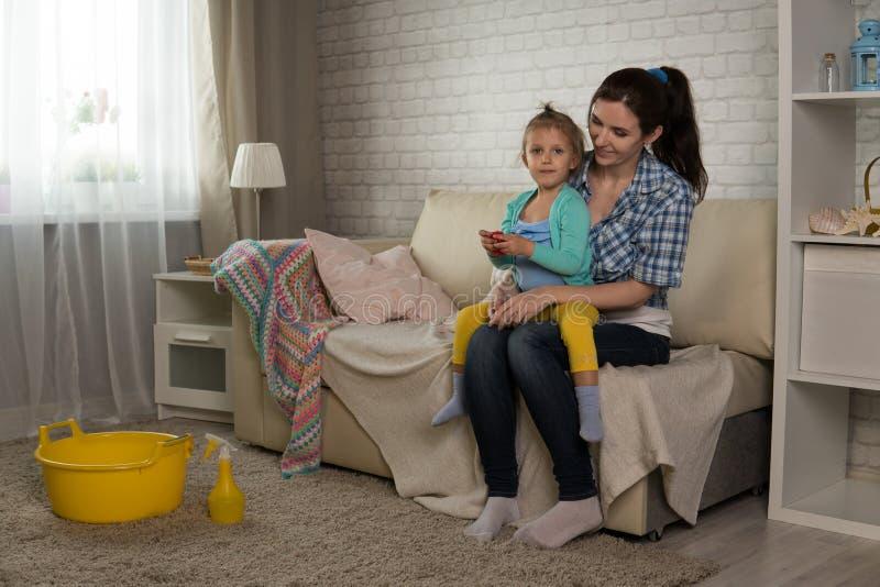 Мама и дочь очищают в квартире стоковые изображения