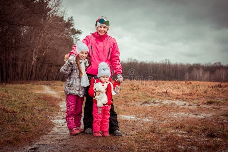 Мама и 2 ее дочери стоковая фотография